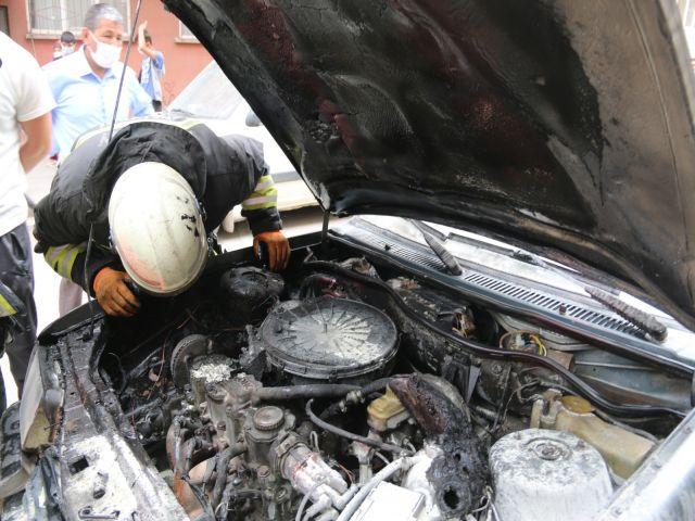 Seyir halindeki otomobil bir anda alev aldı
