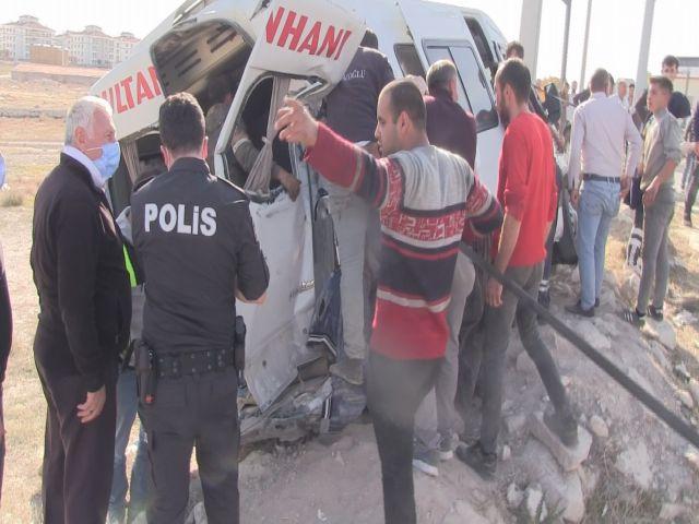 Aksaray-Konya Karayolu'nda Aynı Yönde Seyreden Kamyona Kırmızı Işıkta Arkadan Çarpan Minibüsteki 4 kişi Yaralandı