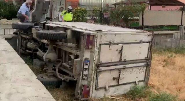 2 Araca çarpan kamyonet boş araziye devrildi