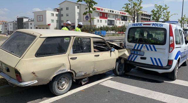 Sahte plaka ile kaçan sürücü polis otosuna çarptı 1'i polis 4 kişi yaralandı