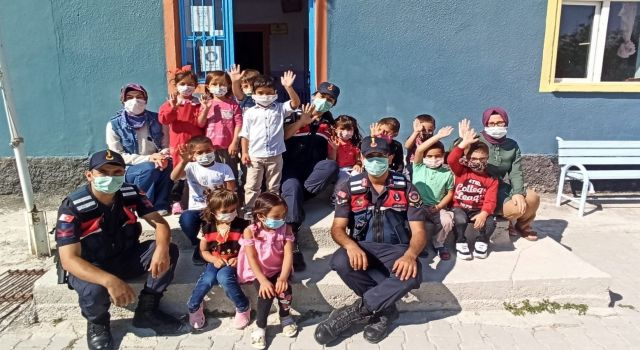 Jandarma Ekipleri Öğrencilerin İlköğretim Haftası Kutladı