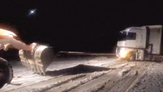 Karda mahsur kalan tır kepçeyle kurtarıldı