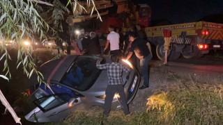Kamyonet ile çarpışan otomobil kanala uçtu: 1'i bebek 3 yaralı