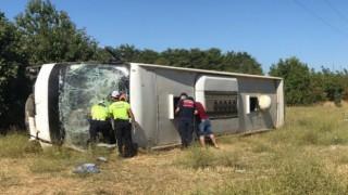 Turistleri Taşıyan Otobüs İle Öğrenci Servisi Çarpıştı: 1 Ölü, 35 Yaralı